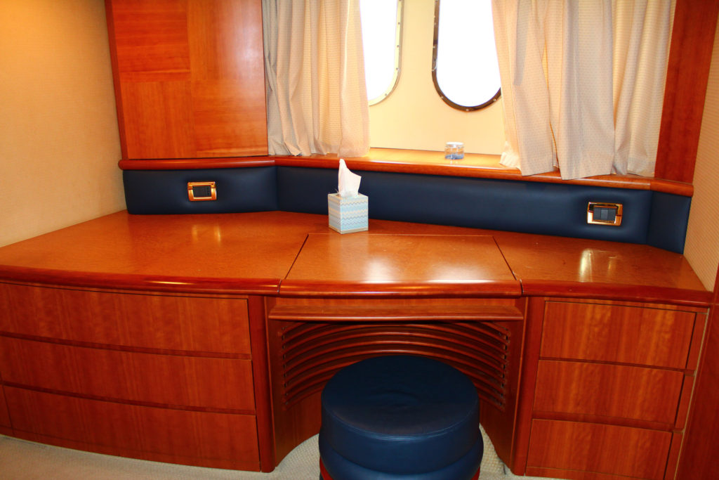 62 Azimut' Yacht cabin